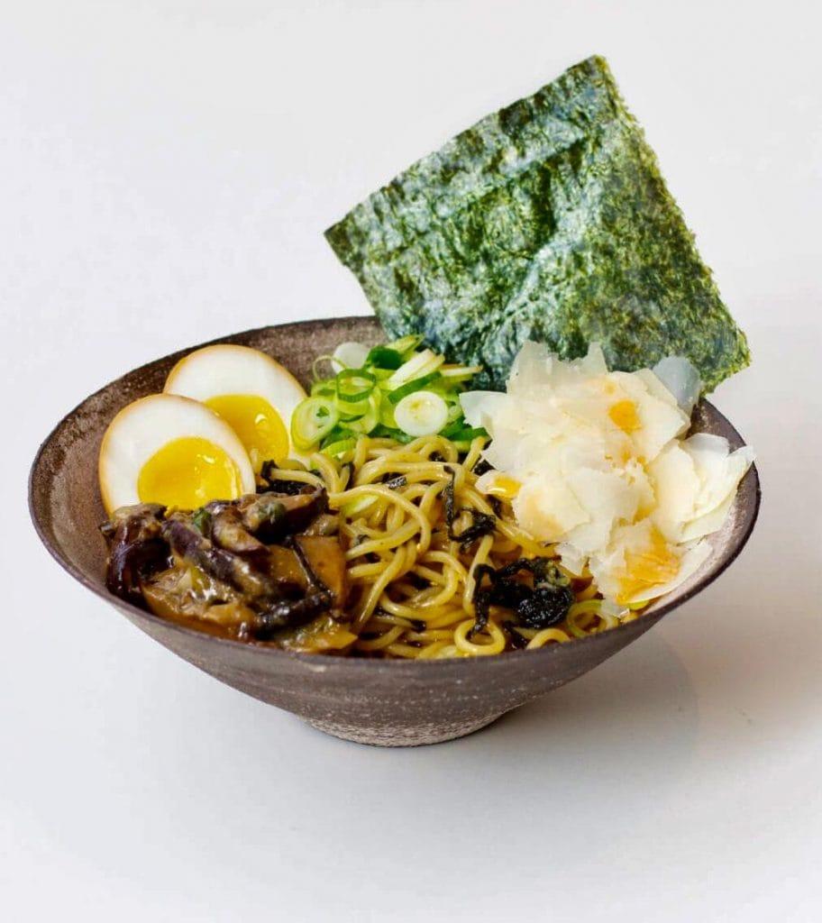 Ramen Schüssel mit Ei und Norialge